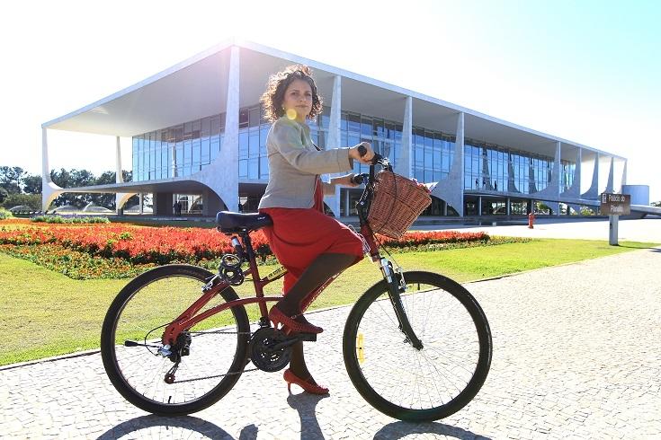 A advogada Maria Cláudia Cabral, funcionária do Palácio do Planalto: jornada ao trabalho de bicicleta e salto alto